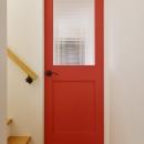 チェッカーガラスの入った真っ赤なドア