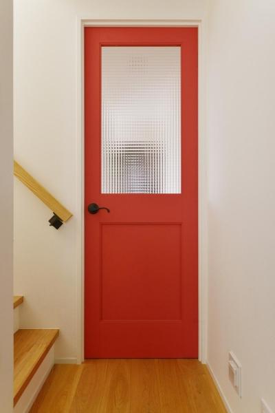 チェッカーガラスの入った真っ赤なドア (F邸・家族の笑顔が生まれる、明るく暖かな2階リビング)