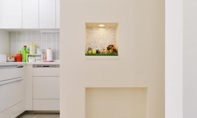 F邸・家族の笑顔が生まれる、明るく暖かな2階リビング (キッチン横のニッチ)