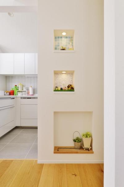 キッチン横のニッチ (F邸・家族の笑顔が生まれる、明るく暖かな2階リビング)