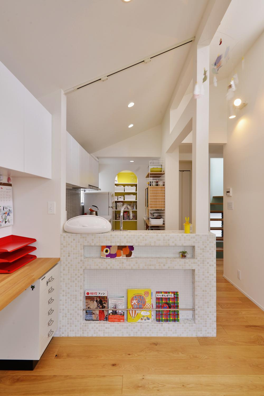 F邸・家族の笑顔が生まれる、明るく暖かな2階リビング (キッチンカウンター-マガジンラック)