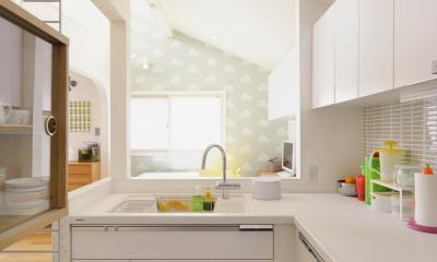 F邸・家族の笑顔が生まれる、明るく暖かな2階リビング (明るいL字型キッチン)