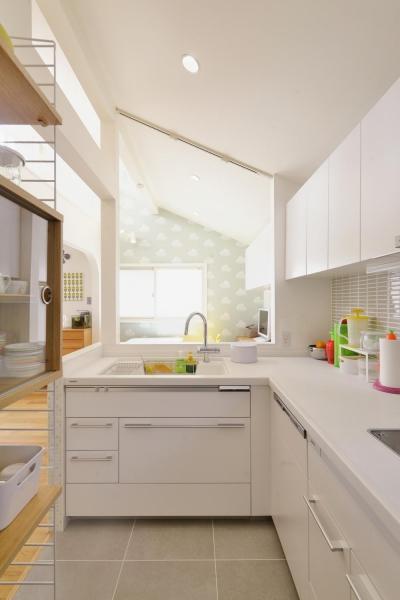 明るいL字型キッチン (F邸・家族の笑顔が生まれる、明るく暖かな2階リビング)