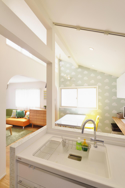 F邸・家族の笑顔が生まれる、明るく暖かな2階リビングの部屋 キッチンよりリビングダイニングを見る