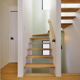 F邸・家族の笑顔が生まれる、明るく暖かな2階リビング (ミントグリーンの壁が爽やかな階段室)