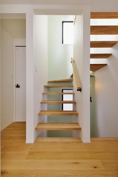 ミントグリーンの壁が爽やかな階段室 (F邸・家族の笑顔が生まれる、明るく暖かな2階リビング)