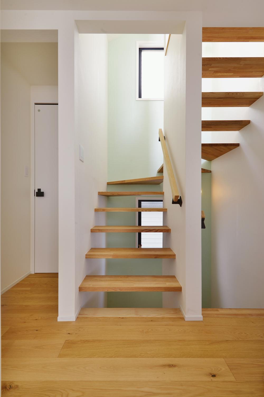 F邸・家族の笑顔が生まれる、明るく暖かな2階リビングの部屋 ミントグリーンの壁が爽やかな階段室