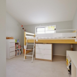 F邸・家族の笑顔が生まれる、明るく暖かな2階リビング (落ち着きのあるシンプルな子供部屋)