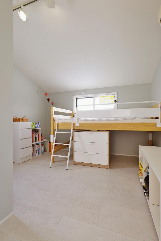 F邸・家族の笑顔が生まれる、明るく暖かな2階リビングの部屋 落ち着きのあるシンプルな子供部屋