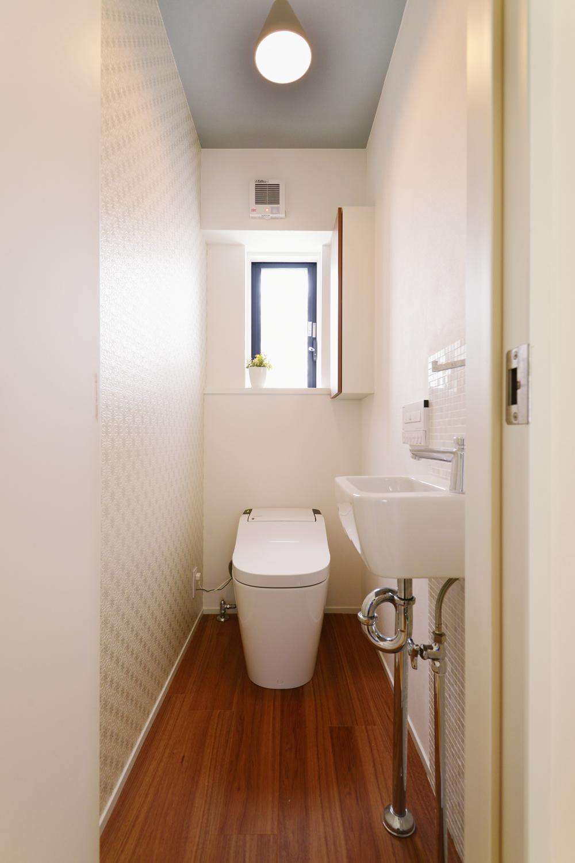 F邸・家族の笑顔が生まれる、明るく暖かな2階リビング (落ち着きのあるトイレ空間)