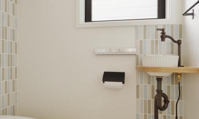 F邸・家族の笑顔が生まれる、明るく暖かな2階リビング (ボーダータイルがアクセントのトイレ)