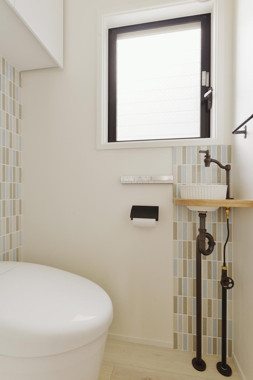 F邸・家族の笑顔が生まれる、明るく暖かな2階リビングの部屋 ボーダータイルがアクセントのトイレ