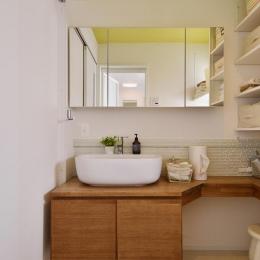 天井がビタミンカラーの洗面室