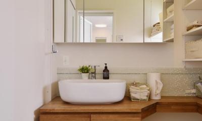 F邸・家族の笑顔が生まれる、明るく暖かな2階リビング (天井がビタミンカラーの洗面室)