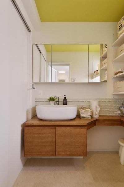 天井がビタミンカラーの洗面室 (F邸・家族の笑顔が生まれる、明るく暖かな2階リビング)