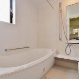 F邸・家族の笑顔が生まれる、明るく暖かな2階リビング (シンプルなバスルーム)
