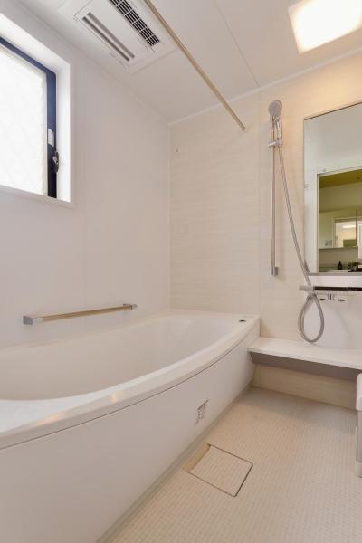 シンプルなバスルーム (F邸・家族の笑顔が生まれる、明るく暖かな2階リビング)