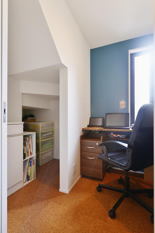 F邸・家族の笑顔が生まれる、明るく暖かな2階リビングの部屋 明るい光の差し込む書斎