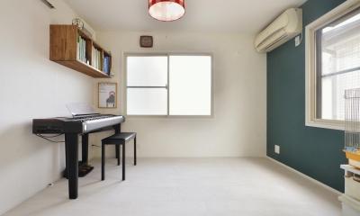 F邸・家族の笑顔が生まれる、明るく暖かな2階リビング (ピアノ部屋)
