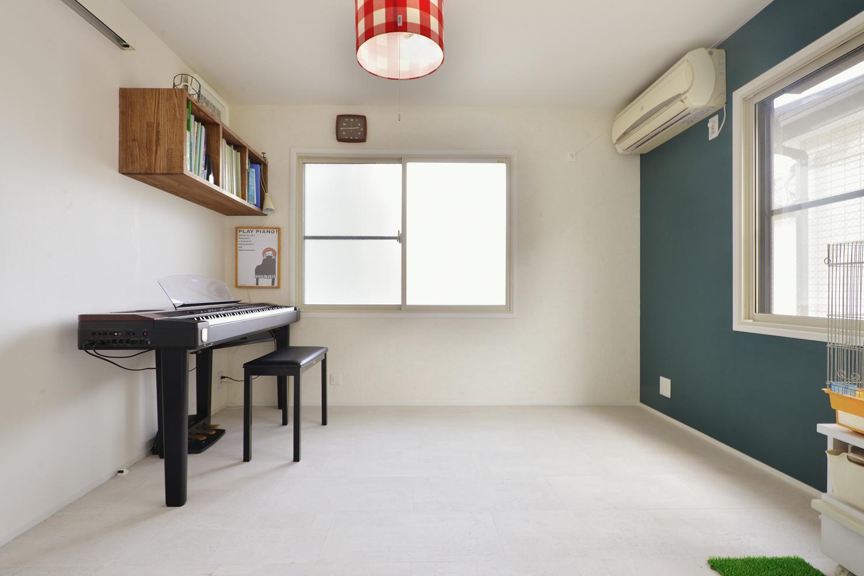 F邸・家族の笑顔が生まれる、明るく暖かな2階リビングの部屋 ピアノ部屋