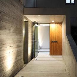 宝塚の家 (アプローチのある玄関)