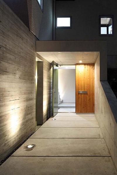 アプローチのある玄関 (宝塚の家)