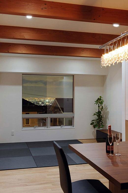 宝塚の家の部屋 神戸の港の夜景が一望できるリビング