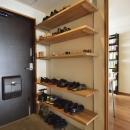 K邸・暮しを彩る収納のある家の写真 玄関-大容量下足棚