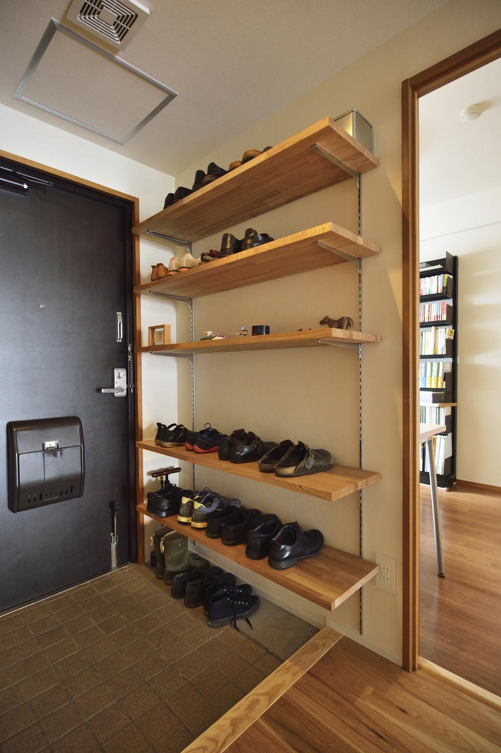 K邸・暮しを彩る収納のある家の部屋 玄関-大容量下足棚
