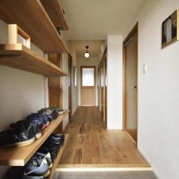 K邸・暮しを彩る収納のある家 (玄関よりリビングにつながる廊下)