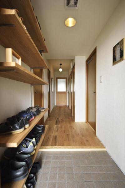 玄関よりリビングにつながる廊下 (K邸・暮しを彩る収納のある家)