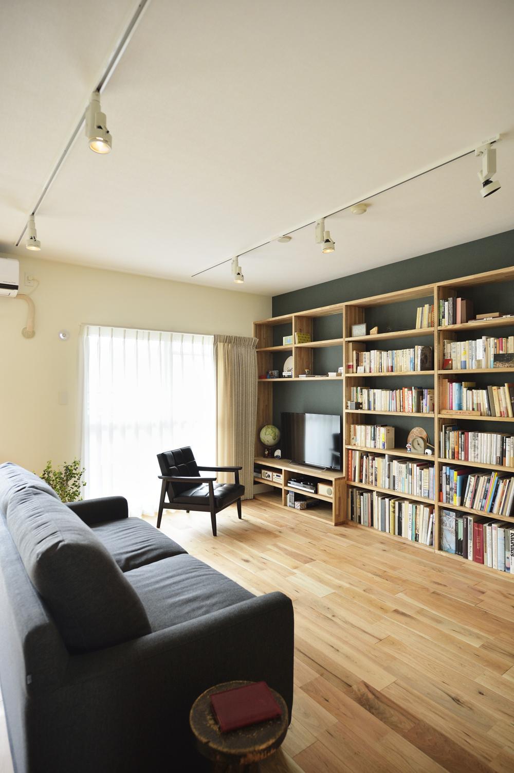 K邸・暮しを彩る収納のある家 (リビング-テレビボード兼壁面収納)