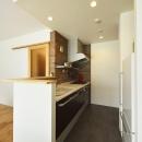 K邸・暮しを彩る収納のある家の写真 煉瓦貼りのカウンターキッチン