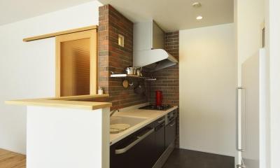 煉瓦貼りのカウンターキッチン|K邸・暮しを彩る収納のある家