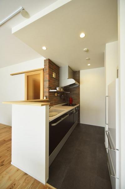 煉瓦貼りのカウンターキッチン (K邸・暮しを彩る収納のある家)
