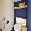 K邸・暮しを彩る収納のある家の写真 白・紺のコントラストが爽やかなトイレ