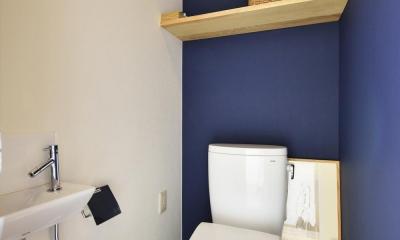 K邸・暮しを彩る収納のある家 (白・紺のコントラストが爽やかなトイレ)
