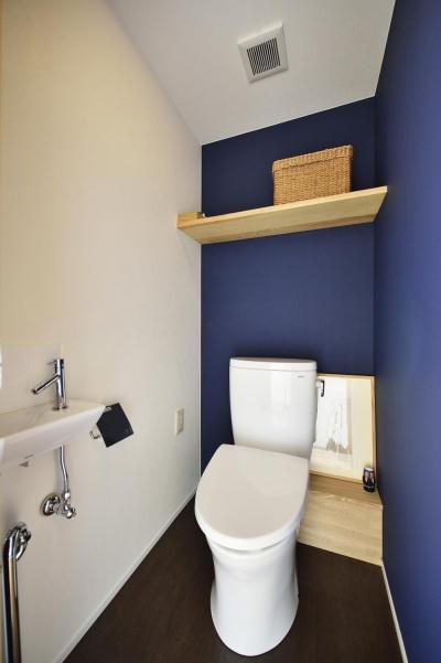 白・紺のコントラストが爽やかなトイレ (K邸・暮しを彩る収納のある家)