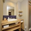 K邸・暮しを彩る収納のある家の写真 ブルータイルがアクセントの洗面室