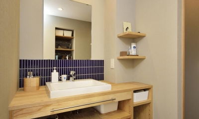 ブルータイルがアクセントの洗面室|K邸・暮しを彩る収納のある家