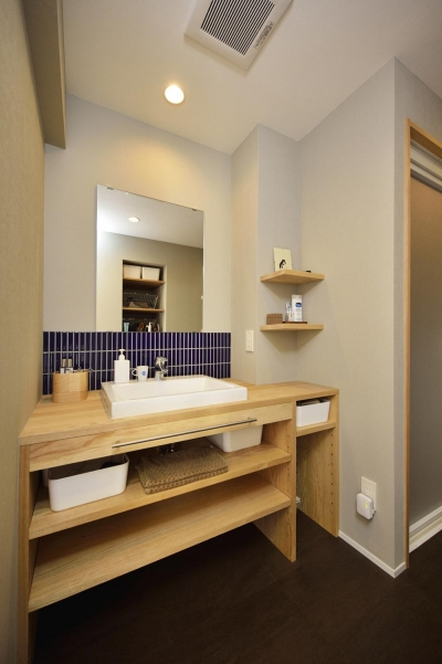 ブルータイルがアクセントの洗面室 (K邸・暮しを彩る収納のある家)