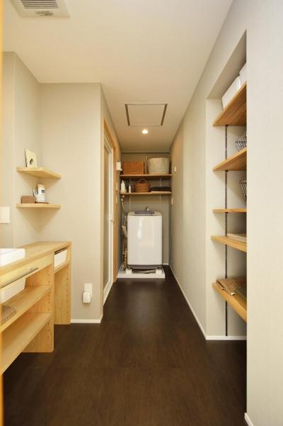 洗面室-ランドリースペース (K邸・暮しを彩る収納のある家)