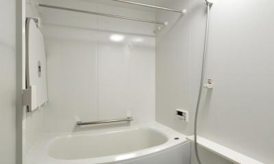 K邸・暮しを彩る収納のある家 (白で統一されたシンプルバスルーム)
