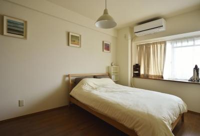 柔らかな雰囲気のベッドルーム (K邸・暮しを彩る収納のある家)