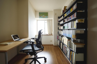 大容量壁面収納のある書斎 (K邸・暮しを彩る収納のある家)