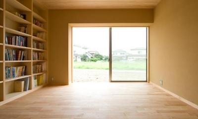 東海の家 (明るい本棚のある部屋)