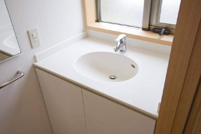 東海の家の部屋 シンプルな白い洗面台