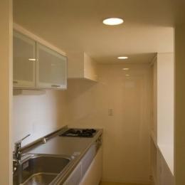 シンプルなキッチン (ライトコートの家)
