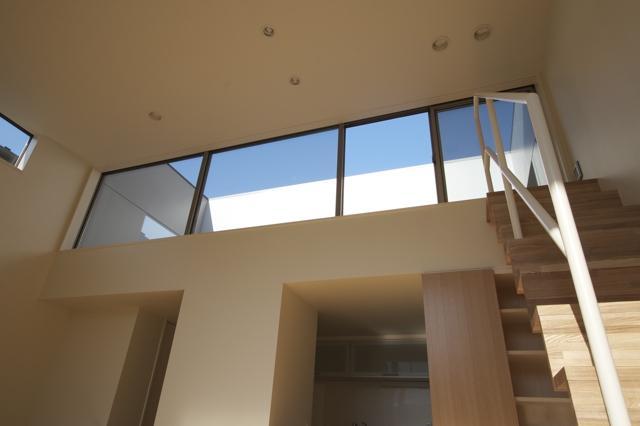 ライトコートの家の部屋 大きな窓