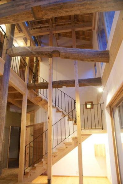 高い天井へと続く階段 (みらいのいえ)